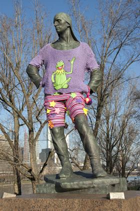 """Bronzeskulptur """"Der Hafenarbeiter"""", mit Strickzeug bekleidet."""