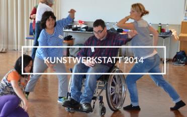 """Tanzende Jugendliche, einer von ihnen im Rolli, in der Mitte die Aufschrift """"Kunstwerkstatt 2014""""."""