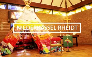 """Das Tipi in einem Kirchenraum, in der Mitte die Aufschrift """"Niederkassel-Rheidt""""."""