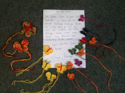Ein handgeschriebener Brief mit 16 Häkel-Schmetterlingen.