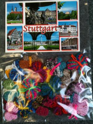 Plastikbeutel mit einer Ansichtskarte aus Stuttgart und 22 Häkel-Schmetterlingen.