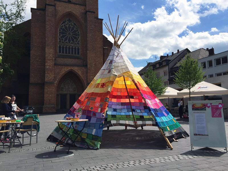 Häkel-Tipi vor Kirchenportal