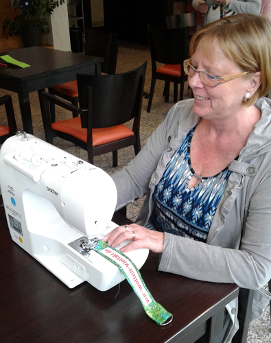 Frau an einer Nähmaschine