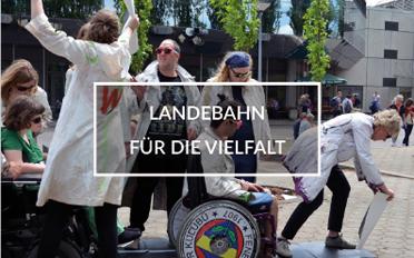"""Schauspieler auf dem Kirchentag in Berlin. In der Mitte steht: """"Landebahn für die Vielfalt"""""""