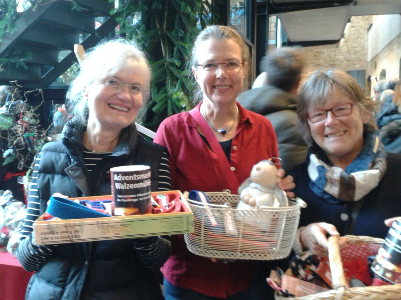 Drei Frauen mit Schlüsselbändern auf dem Flensburger Adventsmarkt