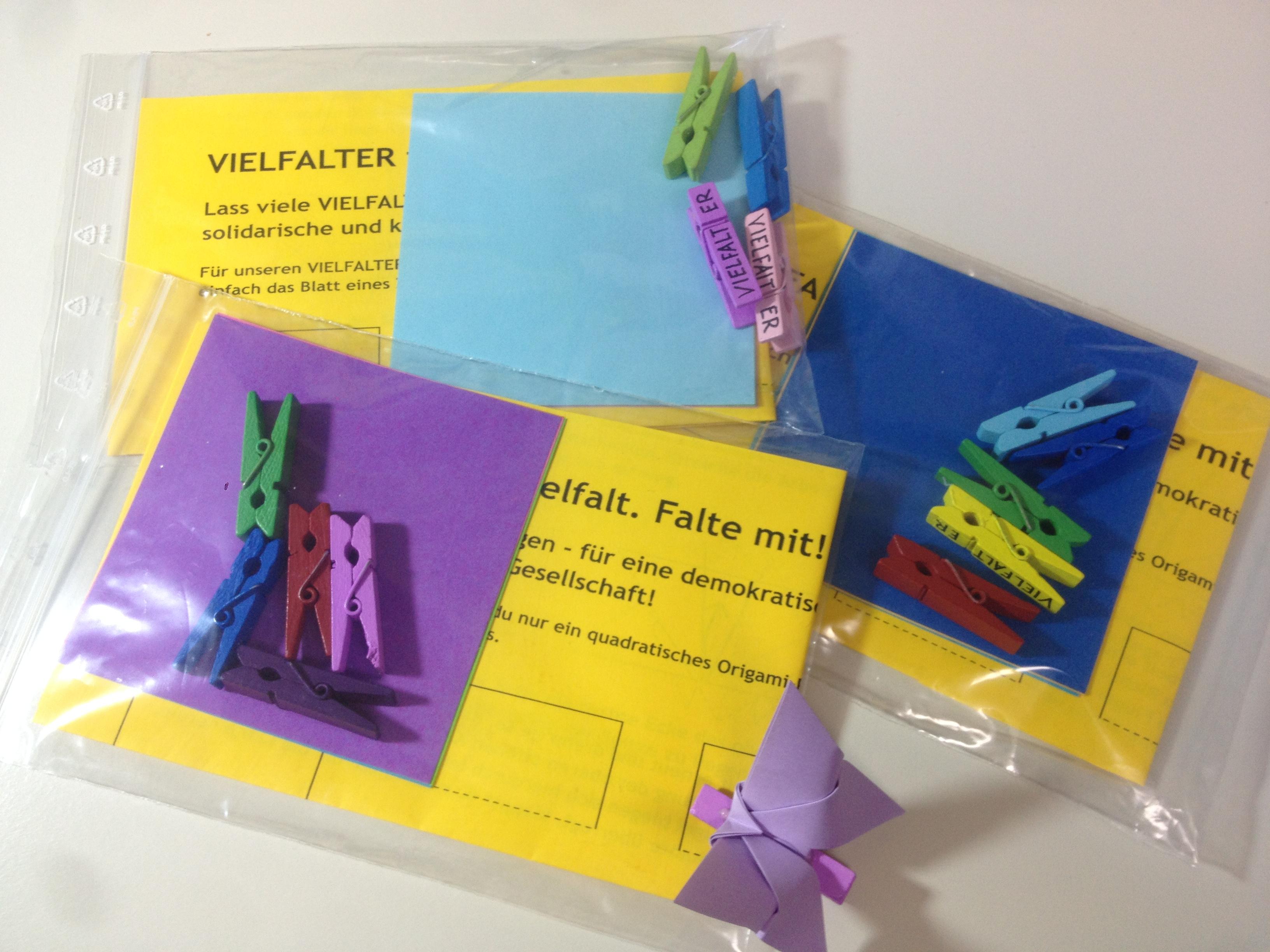 Plastiktüten mit Bastel-Sets für Papier-Vielfalter